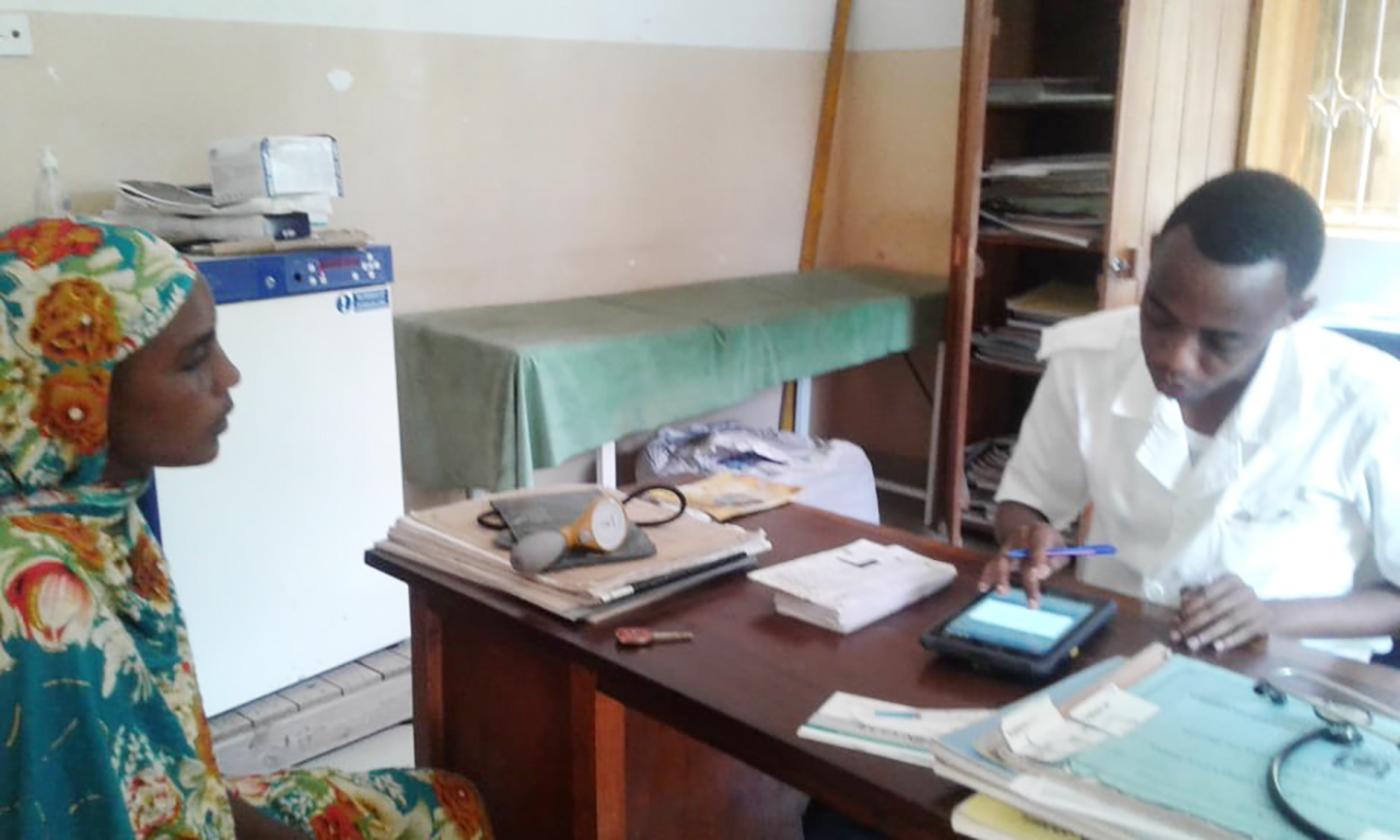 상세이미지2-탄자니아 미탄주니 보건소에서 진료중인 의사 및 환자